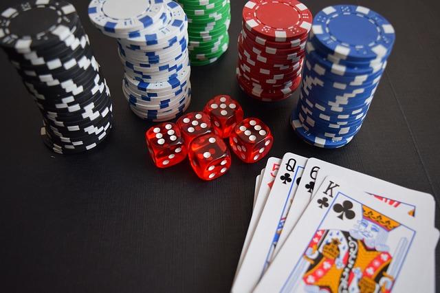 Würfel, Chips und Karten auf einem Casino-Tisch