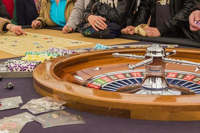 Blick auf einen Roulette-Tisch im Casino