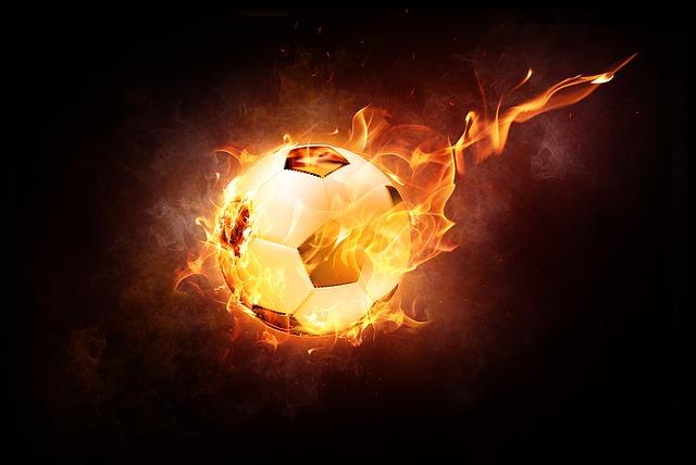 Ein Fussball als Feuerball vor einem schwarzen Hintergrund