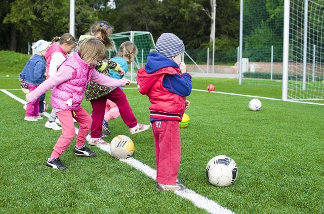 Kinder beim Fussball spielen