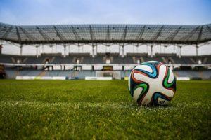 Ein Fussball liegt auf dem Rasen im Stadion